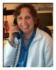 lächelnde Frau am Telefon
