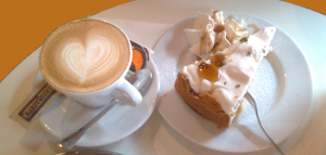 eine Tasse Kaffee und ein Stück Torte